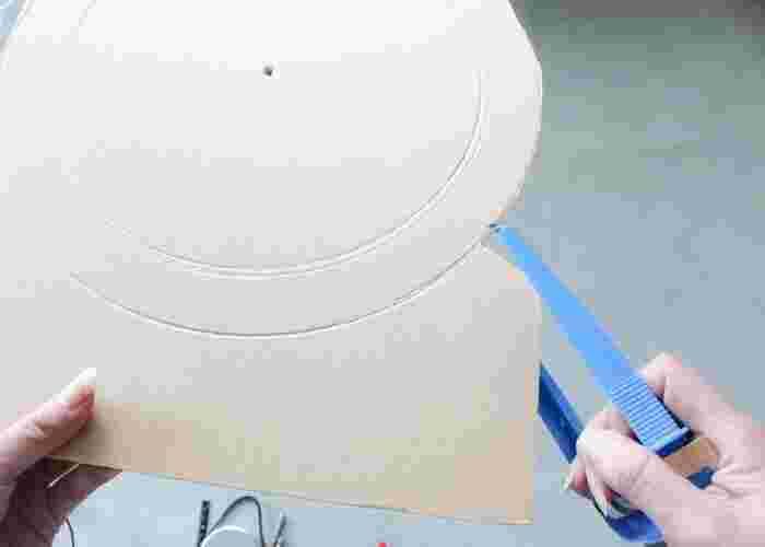 はじめにカラーボードにコンパスで外径30㎝の円を描き、写真のように発泡スチロールカッターで切り取ります。流木で隠れるので、多少いびつでもOK。