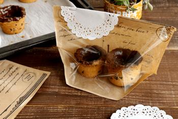 クッキーとチョコで作ったショットにミルクを入れて楽しむクッキーショット。後ろはクラフト仕様になった袋に入れ、レースペーパーとともにホッチキスで留めて大人かわいいラッピング!