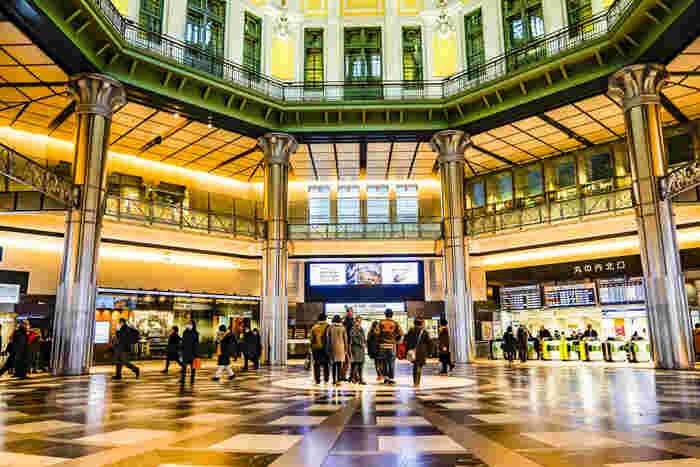 1914年に開業した東京駅は2012年の大規模な復元工事によって戦前の姿を取り戻しました。美しいドーム屋根には様々な意匠が施され、建築ファンの間で話題になっています。ショップやレストランが集まる「グランスタ東京」、クラシカルな「東京ステーションホテル」など、おしゃれなスポットも充実しています。