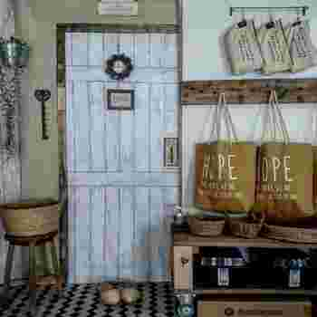 可愛らしいドアのように見えますが、リメイクシートを貼ってドアのように見せたフェイクなんです。その先にお部屋があるように見えて、なんだかわくわくしますよね。