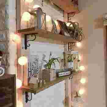 こんな風にお気に入りの雑貨をたっぷりと飾るのもいいですね。コットンボールライトのやさしい灯りはおしゃれな空間づくりに人気!お部屋をムーディーに演出できます。