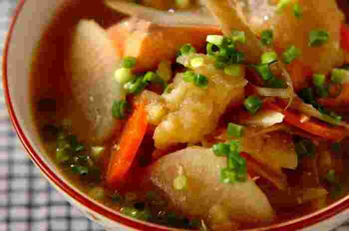 鮭と野菜の具だくさんの味噌味のスープ、石狩汁。寒い日に食べたくなる、体の内側からポカポカ暖まれるレシピ。バターを加えてコクと旨味をアップ。