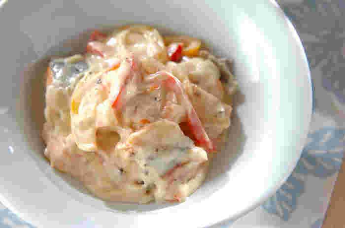 鮭を主役に使ったレシピ。色づけにパプリカを使っています。ソースはクリームチーズを使った濃厚なもの。こってり&美味しいレシピです。