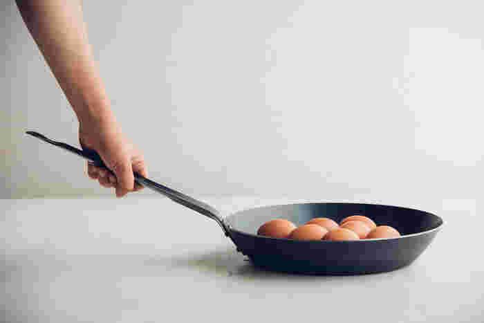 多くのプロの料理人が愛用していることで知られている一流メーカー中尾アルミ製作所の鉄のフライパンです。無駄のないシンプルなデザインでファンが多いのもうなずけます。