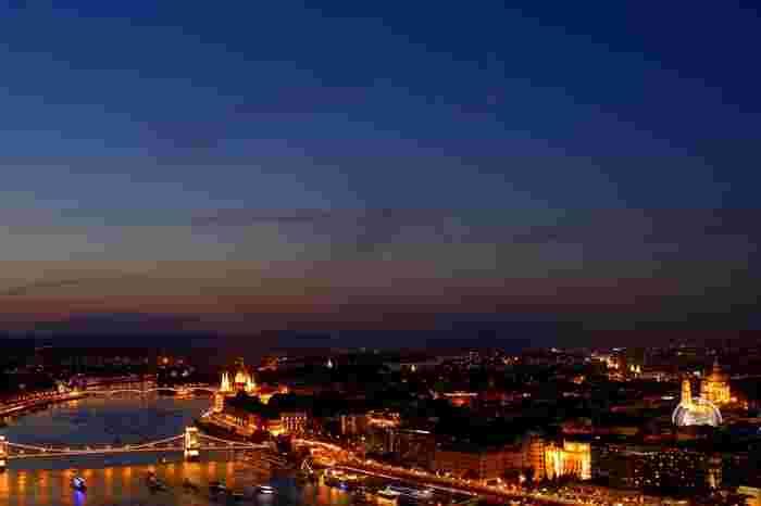 ヨーロッパは古い町並みがそのまま保存されている場所が多く、街頭はあたたかみのあるオレンジ系のライトで統一されていることが多いです。しっとりと落ち着いた雰囲気でとってもロマンチックですね。冬のヨーロッパは寒さが厳しいと敬遠されがちですが、特に12月にはクリスマスのイルミネーションも加わり、寒さも吹き飛んでしまうくらい素敵な夜景が楽しめるはずですよ♪