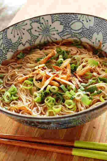 桜海老とごま油で炒めたニンニクチップの香りが食欲をそそるにゅうめんです。スープはめんつゆでとっても簡単なのに、食べ応えのあるメニューです♪
