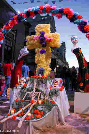 カラフルな食べ物、飾りで彩られた「オフレンダ(祭壇)」。まるでお誕生日会のような賑やかさです。