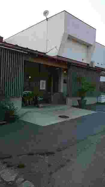 「DEN DEN COFFEE(デンデンコーヒー)」は、タロカフェのすぐ隣にあるテイクアウト専門店。おいしいコーヒーをドライブのお供にしたい方は、ここに立ち寄るのがおすすめです。
