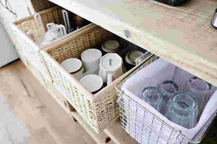 マグカップやグラスをかごにまとめて収納しています。カテゴリ分けしてしまうことで、探しやすくなります。オープンラックに収納するときに、参考にしたいアイデアですね。