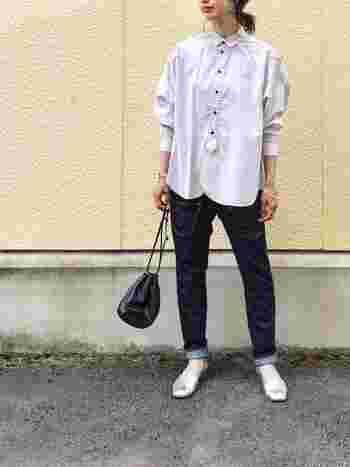 タイトなデニムと合わせるとアクティブな印象に。派手なイメージのあるシルバーも、カジュアルなデニムを合わせることでナチュラルなスタイルの着こなしに仕上がります。