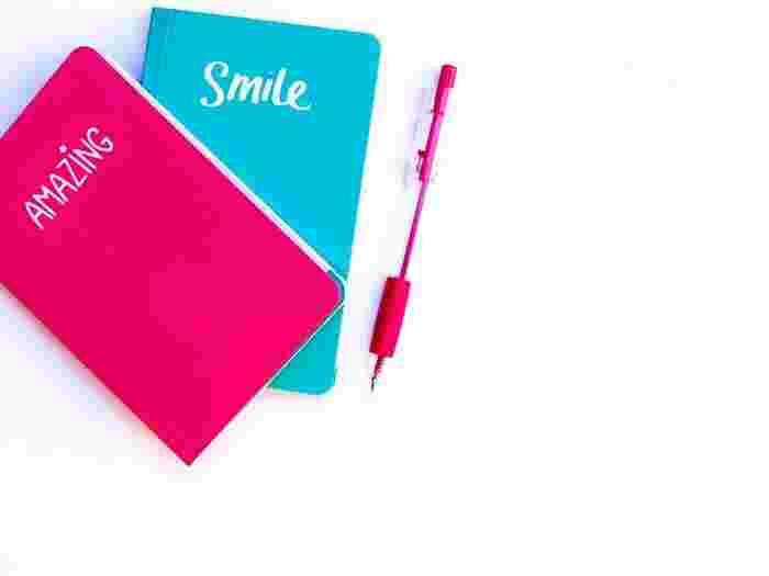 まずは旅の雰囲気に似合ったノートを揃えましょう。シンプルな無地の表紙のノートに、行先やテーマを描いても◎ 持ち運びがしやすいけれど、写真やチケットもゆったりと貼れる単行本ぐらいのサイズがおすすめ。