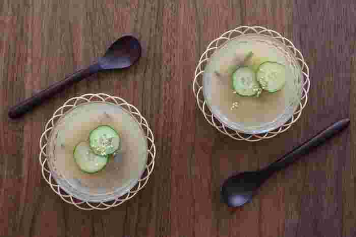 火を使わずに作ることができる冷たくて美味しい「山芋とじゅんさいのすりながし」。山芋は滋養強壮効果も期待できるので、暑い季節、食欲がない時に意識して食べたい食材の一つです。冷たいお出汁で伸ばすように作る簡単レシピ。病中病後にもオススメです。