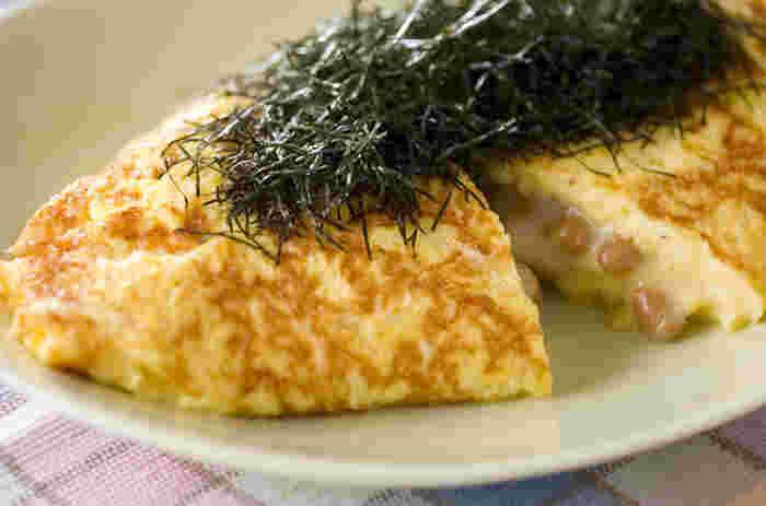 いつものオムレツも、納豆を入れるとふんわり違うおいしさに。こちらは、さらにチーズとニンニクを加えて、本格的な風味のオムレツにしています。朝だけでなく、夜も食べたくなるおいしさですよ。