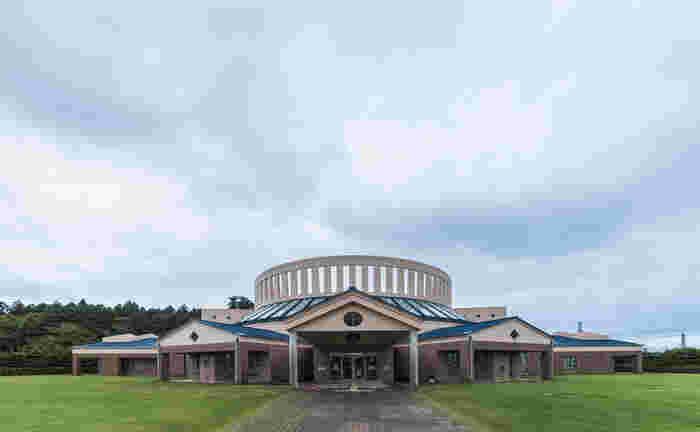海外のような雰囲気の建物が素敵な「水戸市西部図書館」。映画「図書館戦争」のロケ地として人気のスポットです。建築家・新居千秋氏によってデザインされ、建築界の芥川賞として知られる「吉田五十八賞」を受賞しています。