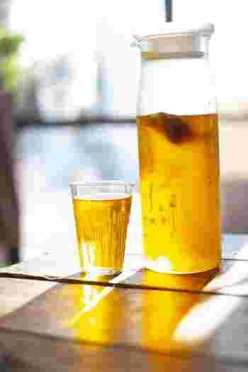 麦茶・緑茶・紅茶などの「水出し茶」は、容器に市販のお茶パックを入れ水を注ぐだけで簡単に作れますが、実は、蒸らすことでより美味しくなります。