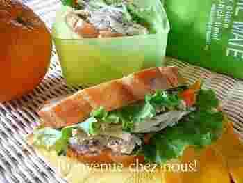 レンジで酒蒸ししたササミをバジルソースとマヨネーズであえて、サンドイッチのフィリングに♪ 簡単につくれるから、急なお出かけにもぴったりです。