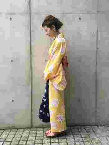 黄色地のかわいらしい浴衣にミナ・ペルホネンのバッグがかわいい。はっきりとした色使いで注目を浴びそうですね。ヘアアレンジも素敵です。