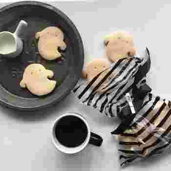 キュートなおばけちゃんのクッキーをたくさん焼いたら、一枚ずつじっくり味わいましょう。食べすぎないように、一枚ずつ、プレートに飾るように盛りつけて。