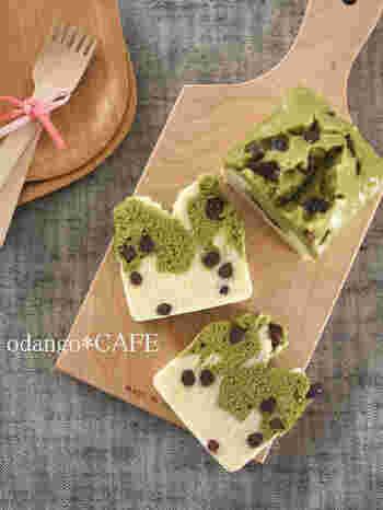 グリーン×ホワイト、2層仕立て和風パウンド蒸しケーキ。一見むずかしそうですが、じつはワンボウルで簡単にできます。断面が美しいので、おもてなしやプレゼントなどにも喜ばれそうですね。
