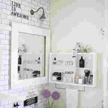 飾りながら収納できるオープン棚は、お気に入りの洗面用品を見せて収納するのに最適。色やデザインにこだわれば、生活感の出るアイテムが見えてしまってもおしゃれな雰囲気をこわしません。