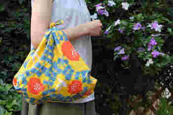 畳んでかばんにいれておけば、サブバッグにもなります。風呂敷をしのばせておけば荷物が増えても大丈夫ですね。