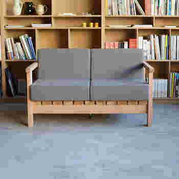 石巻のオフィスで使用するためにデザインされたソファは、木枠とクッションの直線的な組み合わせが心地よいほどに簡素でシンプルな作り。クッションカバーはカラフルな色から選ぶことも可能です。