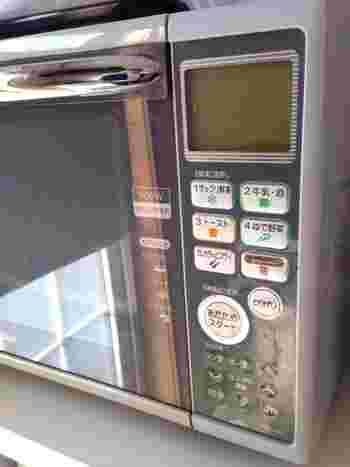 自然解凍や冷蔵庫での解凍では、ご飯から水分が出てしまいパサパサした食感になってしまいます。そのため電子レンジで一気に温めましょう。お茶碗一杯の量であれば、600W・3分程度が目安です。