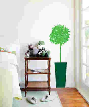 子供やペットがいてなかなかグリーンを飾りにくい場合は、グリーンモチーフのウォールステッカーを貼ってみませんか?緑があるだけで、癒し空間に早変わり。