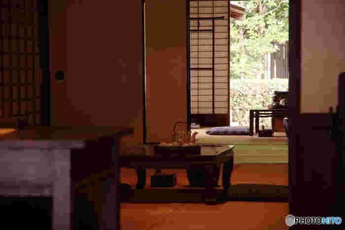 日本のお座敷はどんな季節でも、日中でさえも、ほんのり暗いもの。そこでは「見えるもの」と「瞑想するもの」の境目が、なんだか曖昧に感じるのかもしれません。