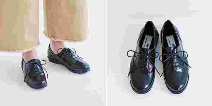 トラッドな雰囲気漂うレースアップシューズも、もちろん防水仕様。高級感のある光沢がレザーシューズのよう。普段履きでもいけるデザインなので、一足持っていると何かと重宝しそう。