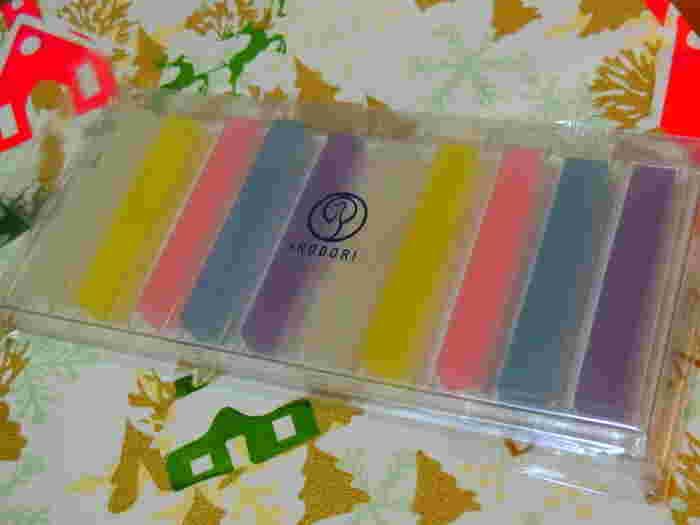 京都・西陣に本店をおく、京菓子の老舗・鶴屋吉信の「IRODORI(いろどり)」の琥珀糖。JR京都駅八条口・アスティロードにある店舗のみで販売している限定商品です。 美しい琥珀糖の詰め合わせは、お土産やプレゼントとしてもぴったりですね。ラベンダー、ミント、ローズ、カモミール、ジャスミンの5つの味だそうです。和菓子とは思えないようなおしゃれさが素敵♪