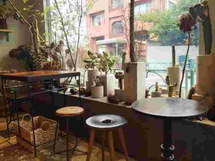 """西荻窪駅北口から徒歩約10分。アンティークな雰囲気が漂う、花とお菓子のお店「コチト(cotito)」。 cotitoとは、古語で「わたしたち」という意味だそうで、「たくさんの""""わたしたち""""が触れ合うことで生まれるモノ、時間を大切にしたいという想い」が込められたお店です。"""