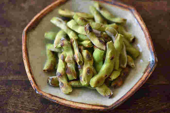 「ゆで枝豆よりもほっこり仕上がる」という焼き枝豆。生の枝豆を塩水に浸けておき、魚焼きグリルで10分くらい焼くだけという簡単レシピです。ぜひお試しを。