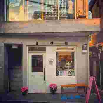 下北沢駅から歩いて3~4分程。小さなショップが並ぶ一角に、白いドアが目印のキュートなお店があります。まだ日本にカップケーキが浸透していない10年前、明大前に開いた本格的なカップケーキのお店が前身です。