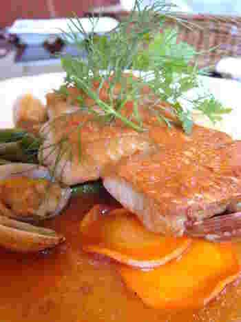 地元の食材を使ったこだわりの料理が自慢。ランチでは能登産の牛肉や豚肉を使ったビストロメニュー、ディナーでは金沢港で水揚げされた新鮮な魚介類を使った料理を味わえます。