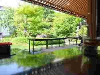 京都一条店はロケーションも最高!庭園を眺めながら甘味をいただいたり、テラス席で楽しむこともできます。