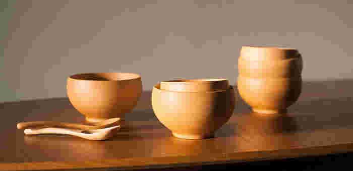 ブナ材でできたお椀は、職人の手によってろくろ挽きで作り出されています。削り出しだからこその滑らかな曲線や美しいシルエットに惚れ惚れする。