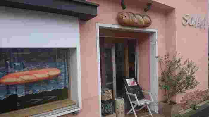 「SONKA(ソンカ)」は、南阿佐ヶ谷駅の先、五日市街道沿いにあるパン屋さんです。阿佐ヶ谷駅からは徒歩約21分と少し離れますが、のんびりお散歩をしたいときなどに訪れてみてくださいね。ユニークでかわいい木彫りのフランスパンの看板が目印。フランスパンとサンドイッチのお店です。