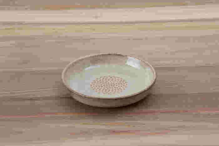 生姜やにんにくなど薬味をすりおろしたあとにそのまま食卓に並べられる、おろし皿です。ぽってりと厚みを持たせ、すりおろす部分は最小限になっているため、食卓に溶け込むよう器らしく作られています。おろし器を使わずに済むので、洗い物も減らすことができます。
