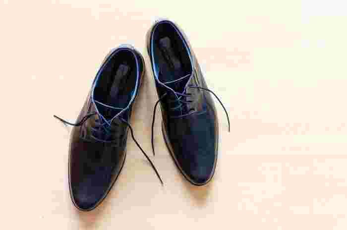 お手入れの際は、横着せずにまず靴紐を外してからスタート。ベロと呼ばれる甲に当たる部分や靴紐を通す穴の周りにも汚れがたまりやすいので、放置せずにすみずみまできれいにしてあげるようにしましょう。