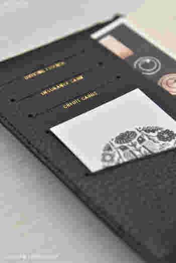 カードスリットもスマートで上質な雰囲気です。カードを扱う指先まで上品になってしまいそう。