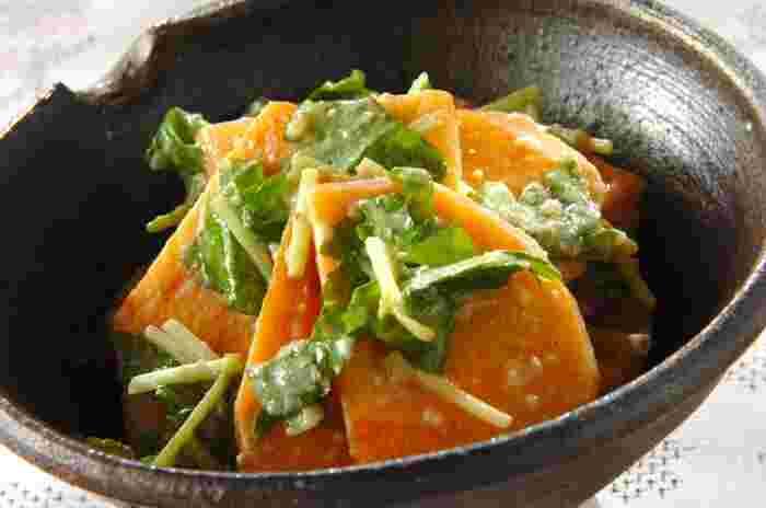 塩麹と練りごまで作る「柿とミツバのゴマ和え」は彩りもよく和えるだけの簡単レシピ。和える前に柿に塩をまぶし水分を拭き取っておくことがポイントです。