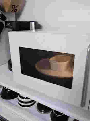 耐熱容器に水と重曹を入れ、レンジで温めたあと水蒸気を庫内にいきわたらせるように10分ほど放置します。そのあとは水蒸気を拭き取るように掃除。残った汚れは、歯ブラシに重曹の粉をつけて磨きます。最後に濡れ布巾で仕上げ拭きしましょう。