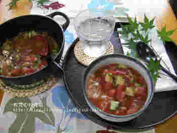 こちらもトマトを使っただしのレシピ。ご飯に冷たいトマトベースだしをぶっかけただけなのに、ちょっぴりオシャレに見えるのが不思議♪