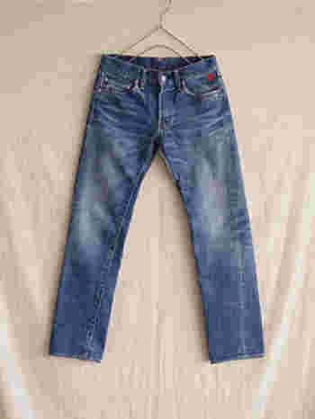 やっぱり押さえておきたいデザインと言えばストレートジーンズ。定番デザインではありますが、どんなコーディネートにも合わせやすく、トレンドを取り入れやすいのが特徴です。