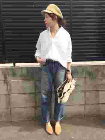 大人ヴィンテージをイメージしたルーズシルエットのストレートデニムです。真っ白なシャツ×キャスケットという大人のフレンチカジュアルは、ぜひお手本にしたい着こなしですね。