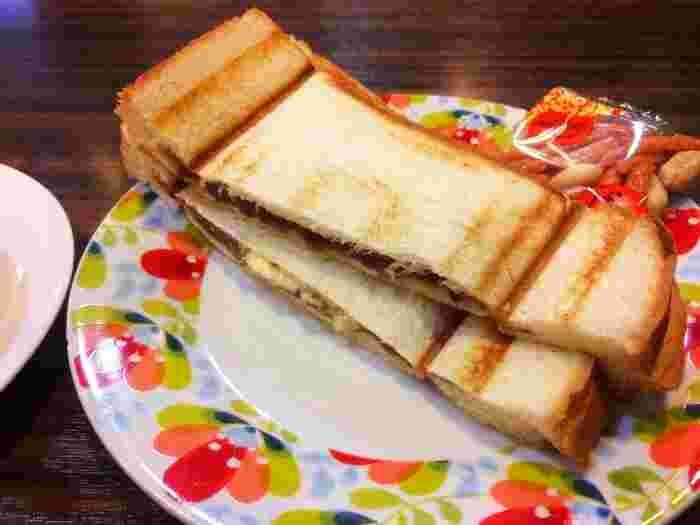 1日中モーニングが食べられる喫茶店「リヨン」では、写真の小倉プレスサンドが選べます(豆菓子付き)。ホットサンドタイプもおいしそうですね。中にもバターが入っていてコクがあります。