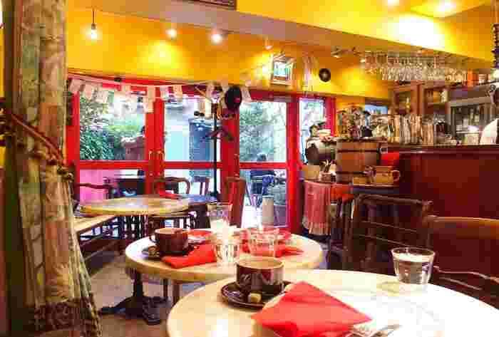 原色の壁とフランスから運ばれた伝統的な食器やクロスが混然一体となって、独特な雰囲気を醸す店の中。