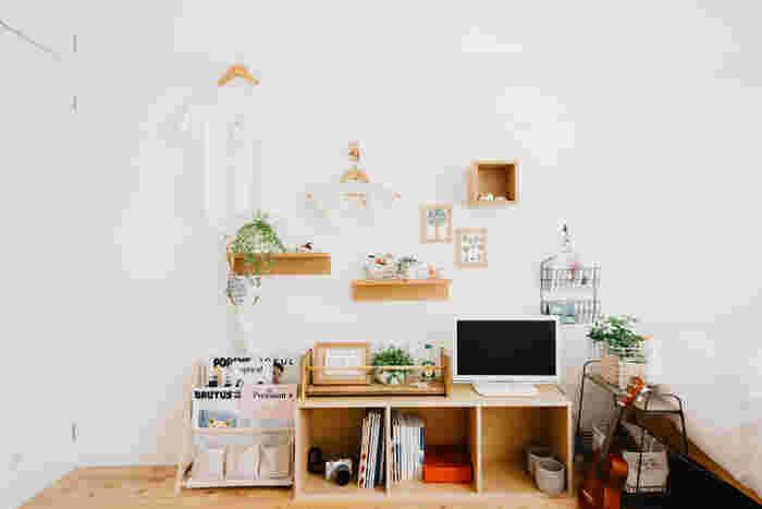 棚や箱、フックなどを組み合わせたインテリアです。背の低い家具との組み合わせが素敵です。ナチュラルなフレームの写真立てやグリーンも組み合わせて。
