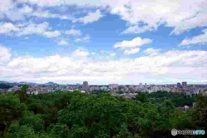伊達正宗が築いたことで有名な仙台城(青葉城)跡は仙台市街地の西側に位置し、仙台市内を一望することが出来ます。城下町として栄えた仙台は歴史の町でもあり、古いものと新しいものの混在する魅力的な文化を持っています。